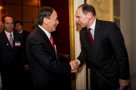 USCBC Chair and Procter & Gamble Chair, President, and CEO Robert A. McDonald greets PRC Vice Premier Wang Qishan.